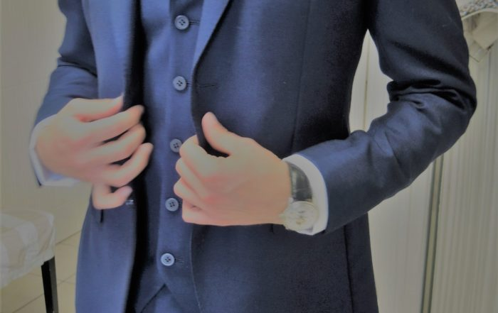 Homme en costume bleu