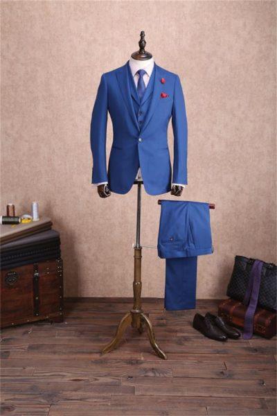 Buste homme montrant un costume bleu avec gilet, chemise, cravate et pantalon