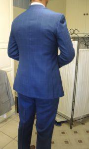 Vue de dos d'un homme portant un costume bleu