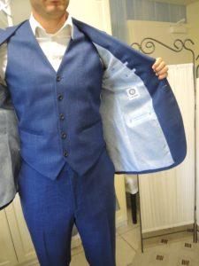 Homme portant un costume avec gilet. L'intérieur de la veste est visible
