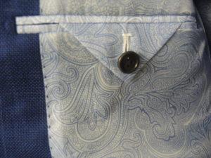 Vue d'une poche intérieure de veste homme avec rabat en forme de triangle