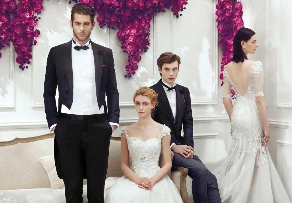 Deux hommes et deux femmes en tenue de mariage